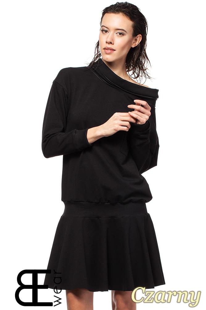 CM1420 Sukienka z obniżonš tališ i œcišgaczem - czarna