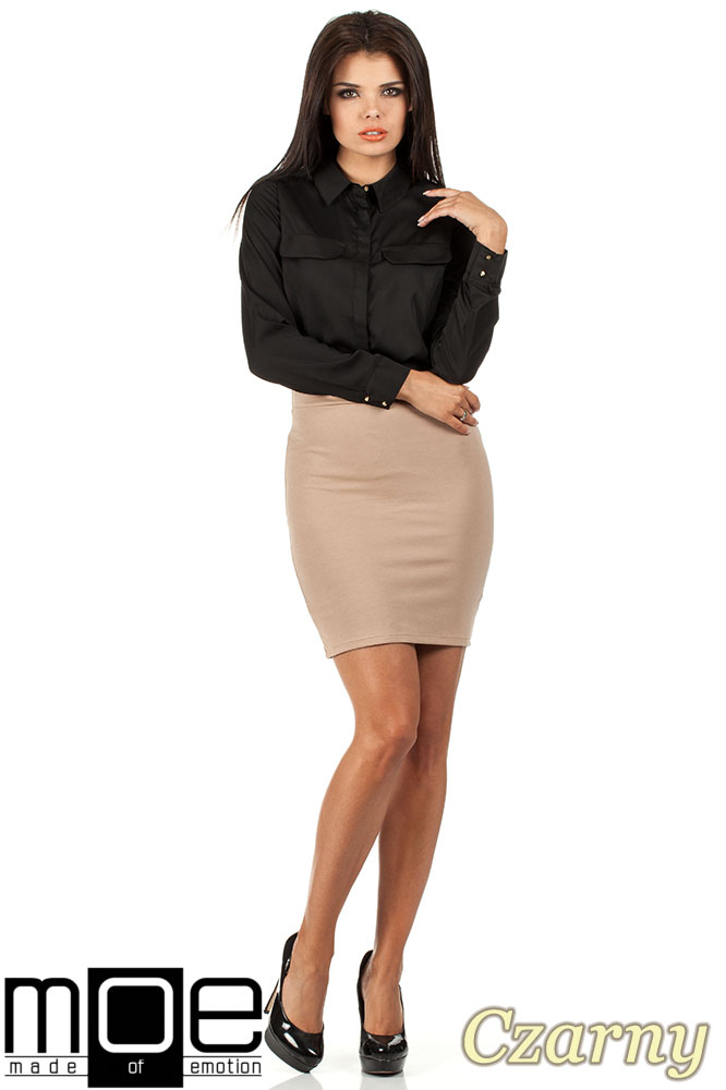 CM0658 Koszula damska z plisą i złotymi guzikami - czarna