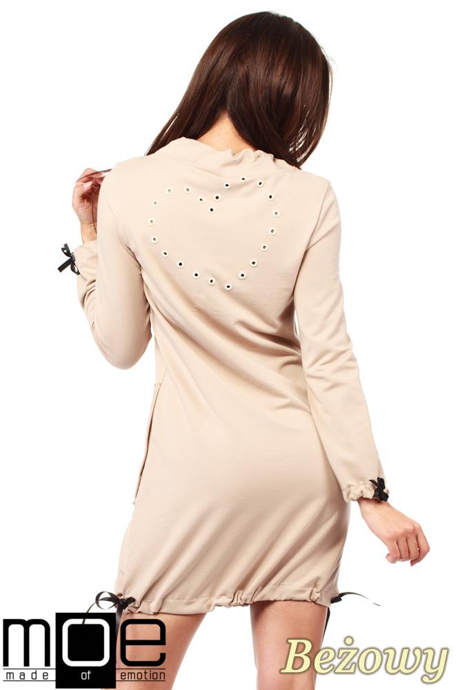 CM1033 Sukienka dresowa z golfikiem i ozdobnym nitowanym sercem - beżowa