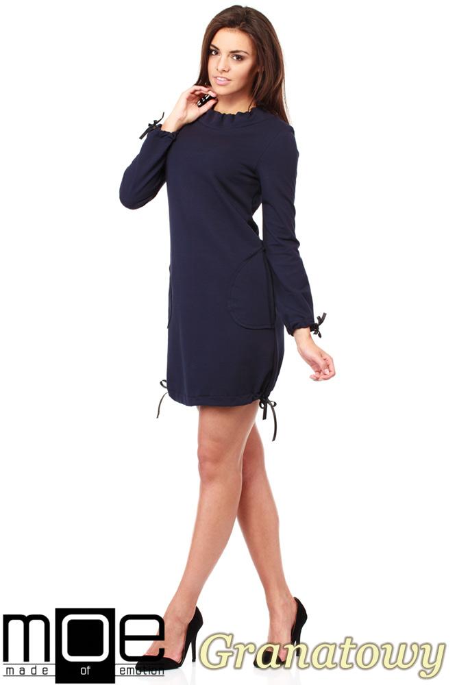 CM1033 Sukienka dresowa z golfikiem i ozdobnym nitowanym sercem - granatowa