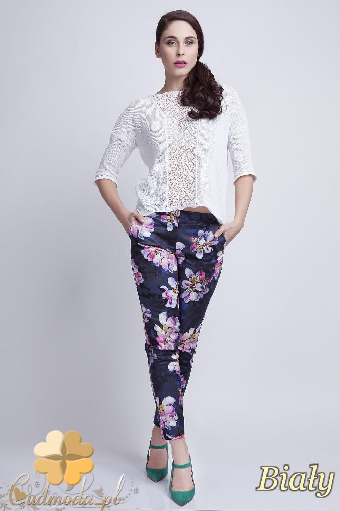 WYCOFANY Asymetryczny damski sweter z rękawem 1/2 - biały
