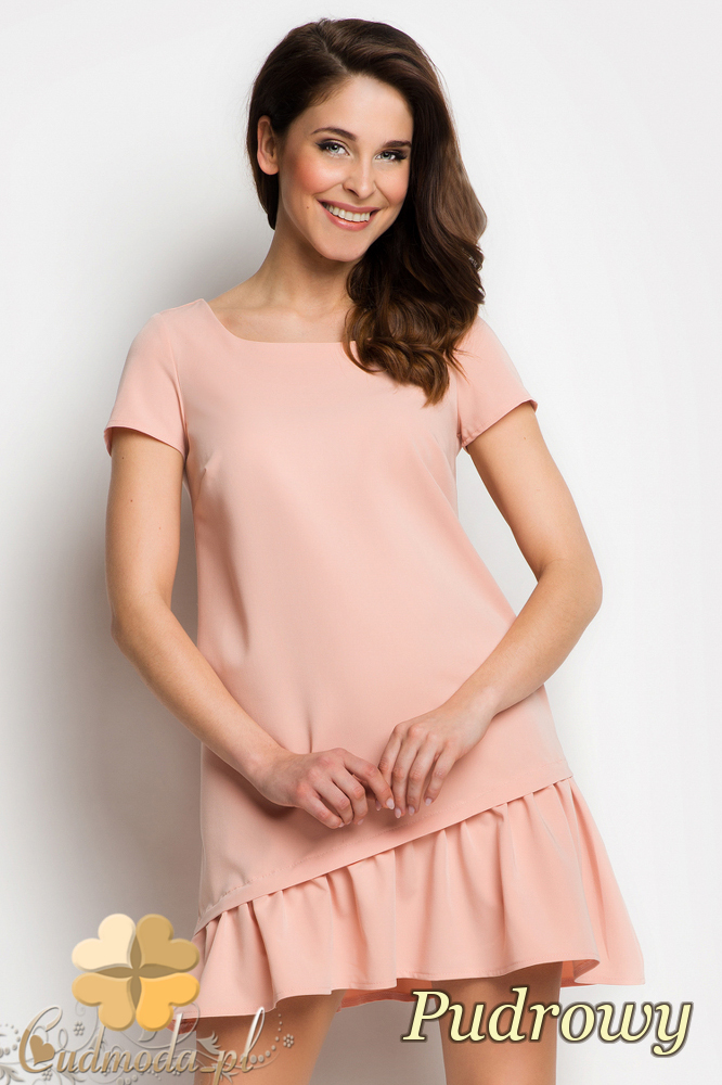 CM1736 Odcinana sukienka damska z falbanką - pudrowa