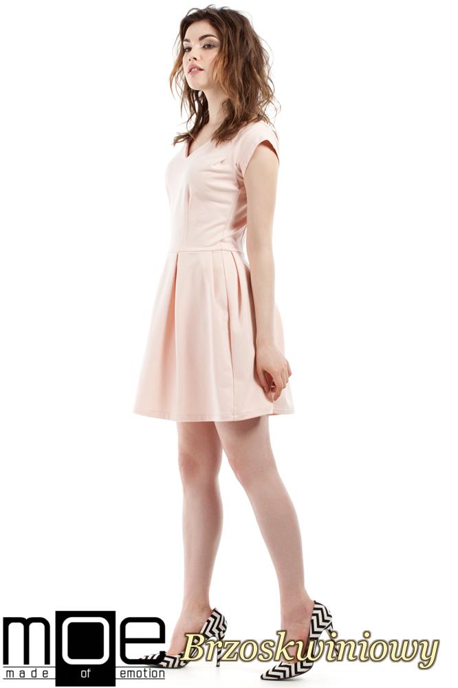 CM2212 Elegancka sukienka z kontrafałdami - brzoskwiniowa
