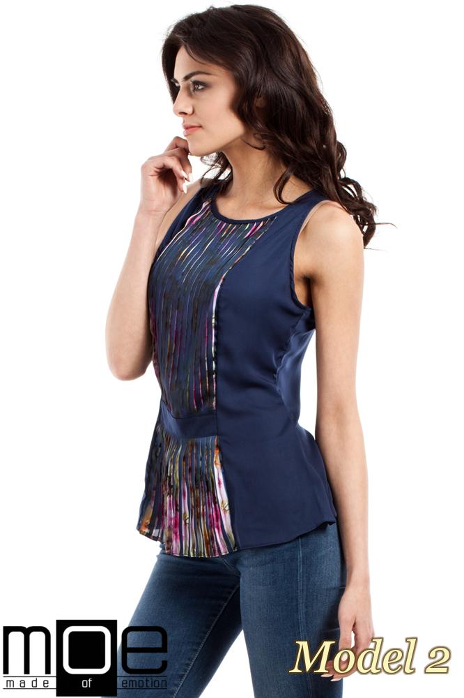 CM1448 Taliowana bluzka damska z plisowaną wstawką - model 2