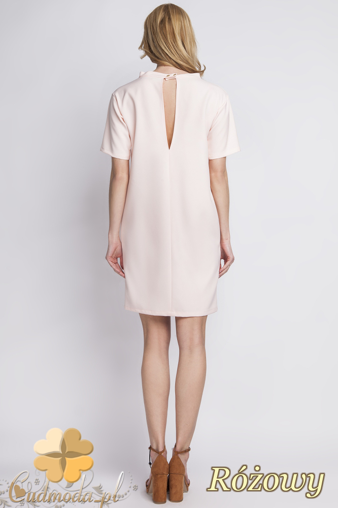 CM2284 Klasyczna sukienka elegancka z rozcięciem - różowa