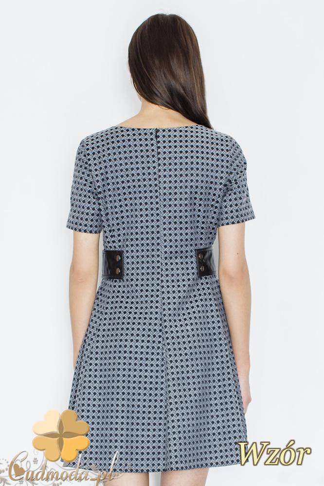 CM2355 Rozkloszowana sukienka mini z ozdobnymi wstawkami - wzór