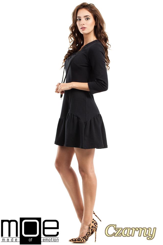 CM2459 Dopasowana sukienka z nowoczesnym dekoltem - czarna