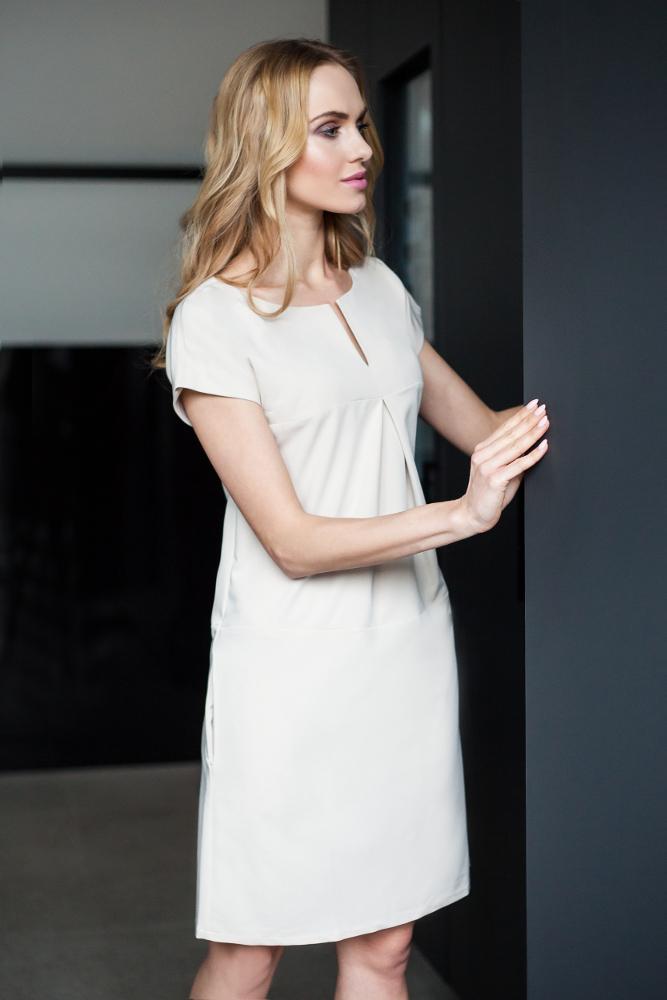 CM2669 Stylowa sukienka o nowoczesnym kroju - beżowa
