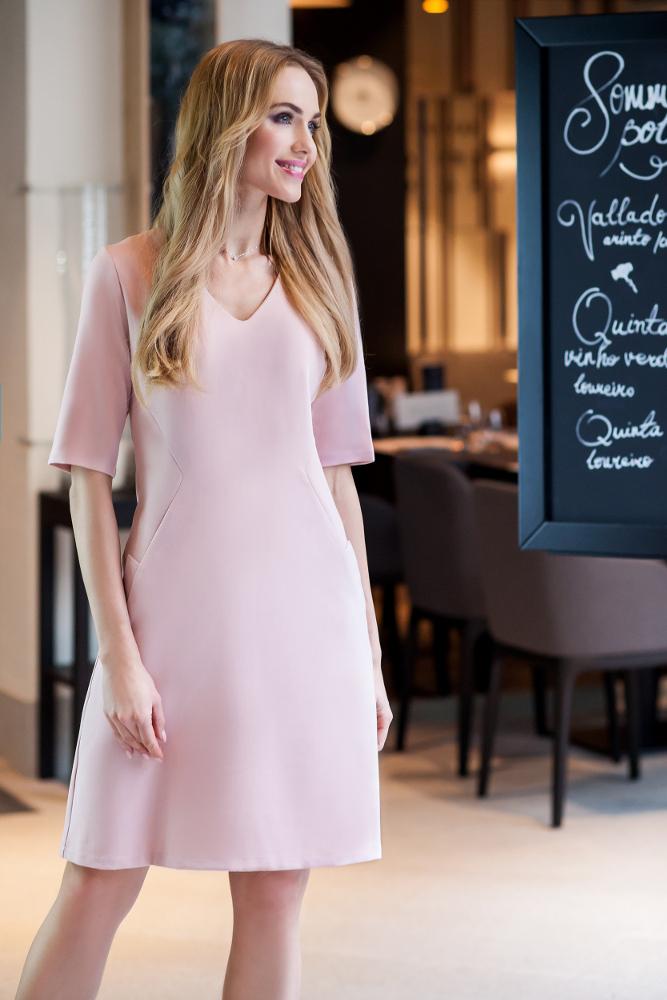 CM2676 Taliowana sukienka do pracy - pudrowa