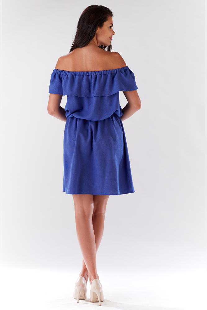 CM3214 Elegancka sukienka z falbaną odsłaniającą ramiona - niebieska