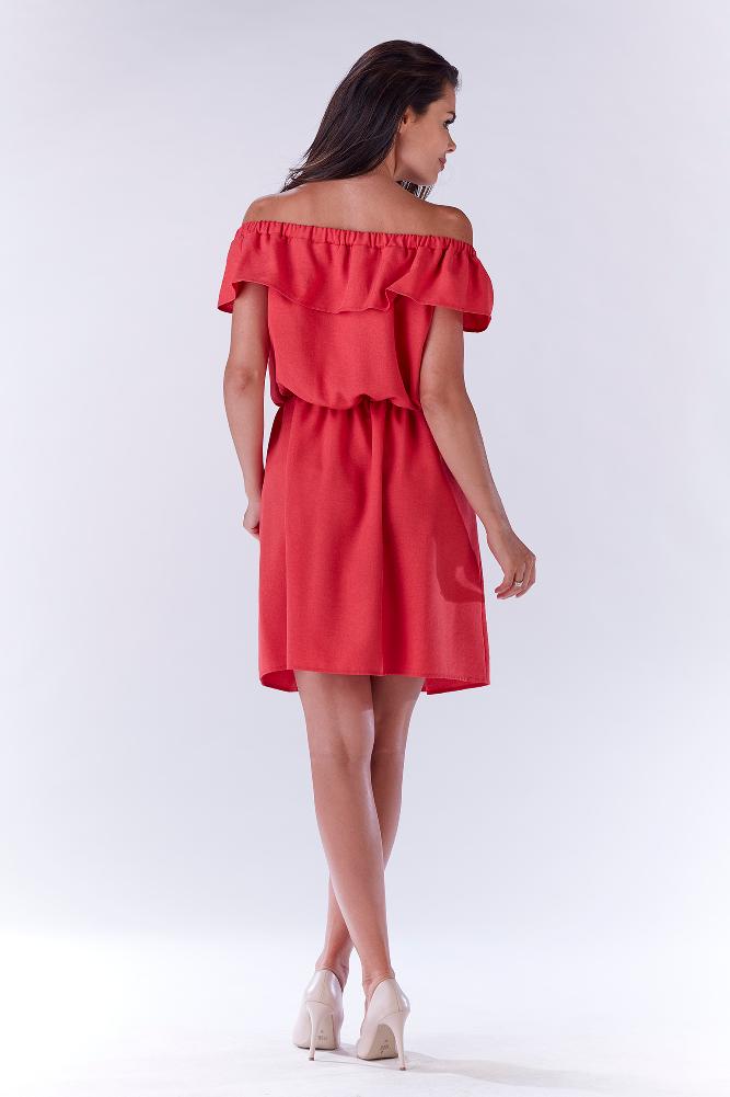 CM3214 Elegancka sukienka z falbaną odsłaniającą ramiona - różowa