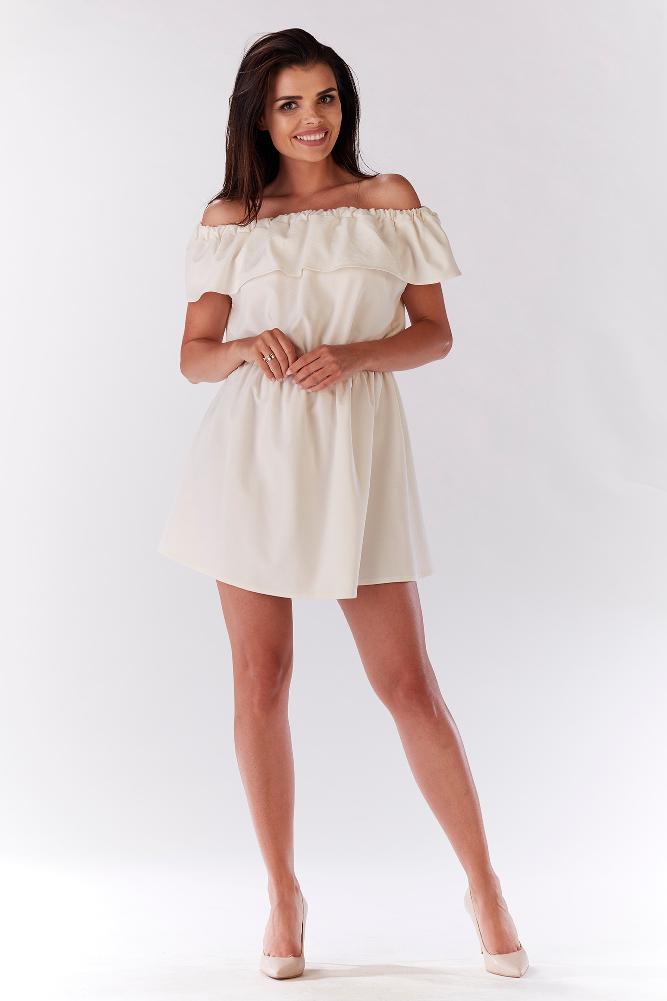 CM3214 Elegancka sukienka z falbaną odsłaniającą ramiona - ecru