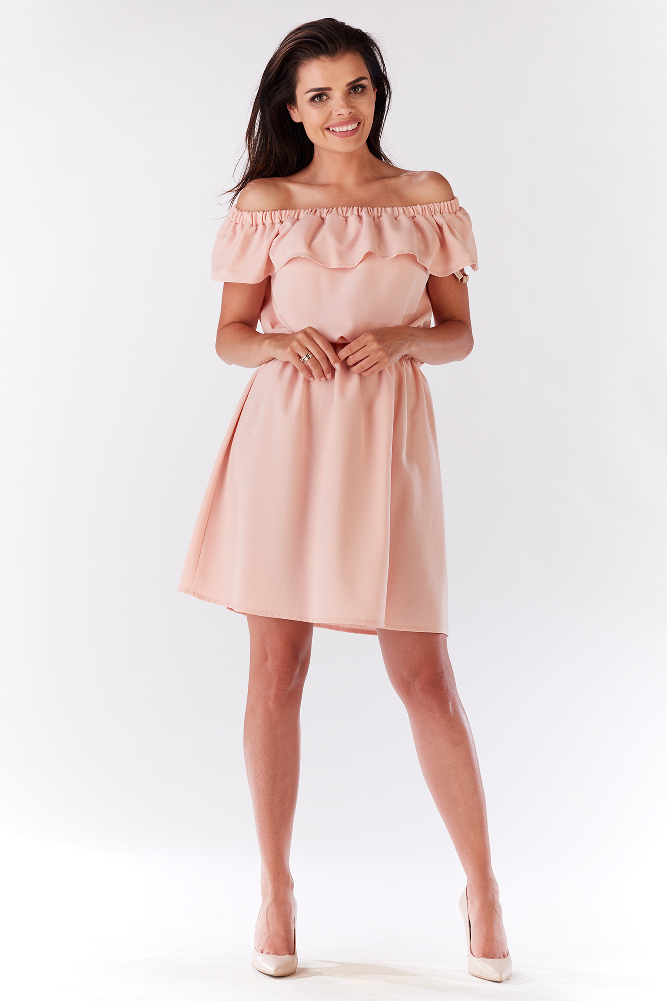 CM3214 Elegancka sukienka z falbaną odsłaniającą ramiona - jasno różowa