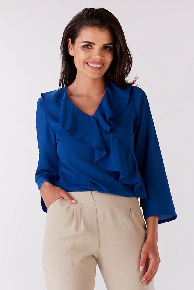 CM3218 Zwiewna kobieca bluzka z falbaną przy dekolcie - niebieska