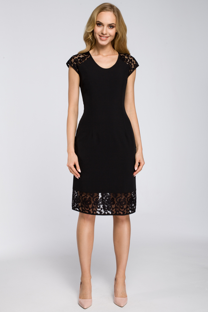 CM2623 Prosta sukienka z koronkowymi wstawkami - czarna