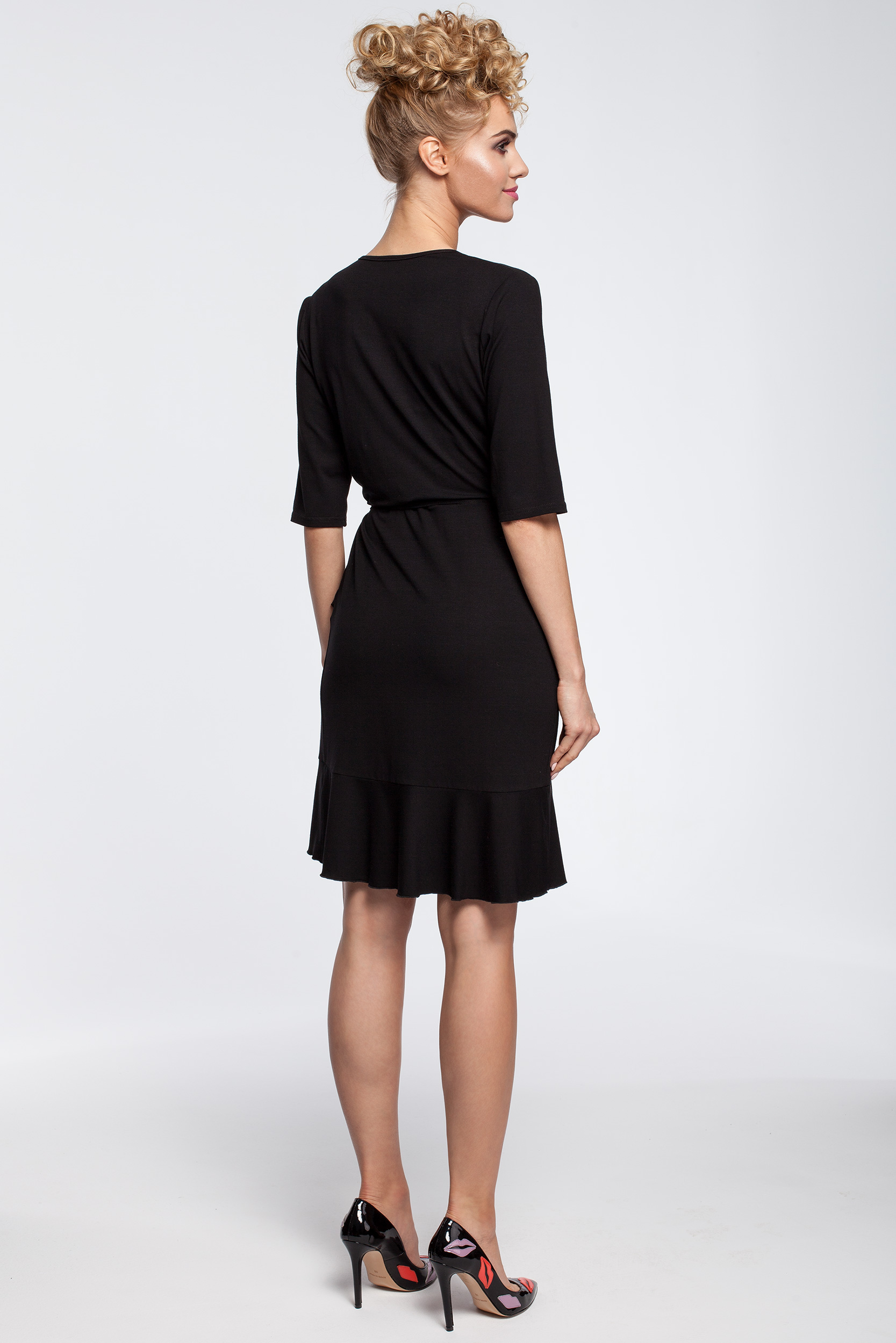 CM2910 Przewiązana sukienka kopertowa z falbanką - czarna