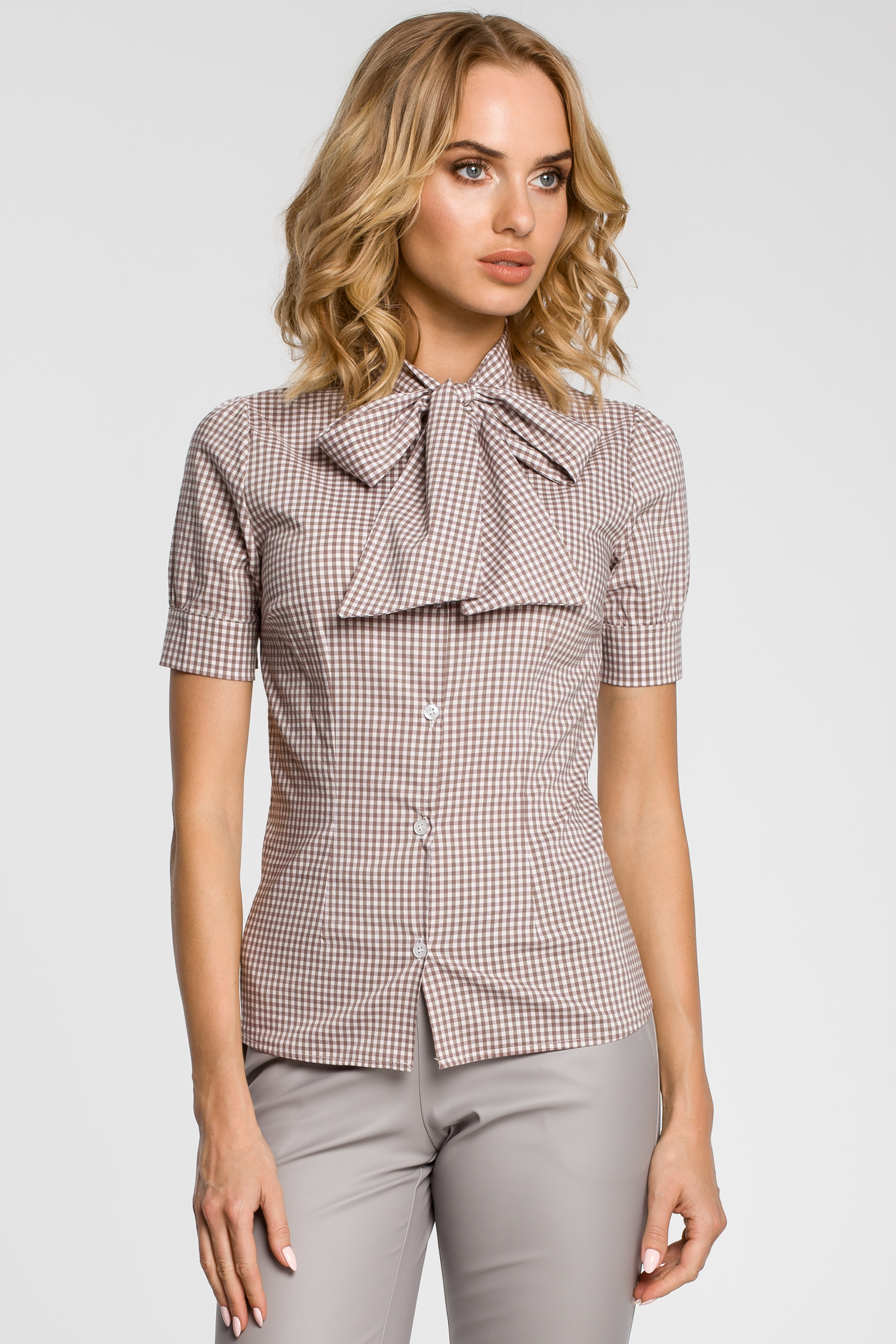03583994ff3c9b CM0786 Koszula damska w kratkę z kokardą i krótkim rękawem - brązowa ...