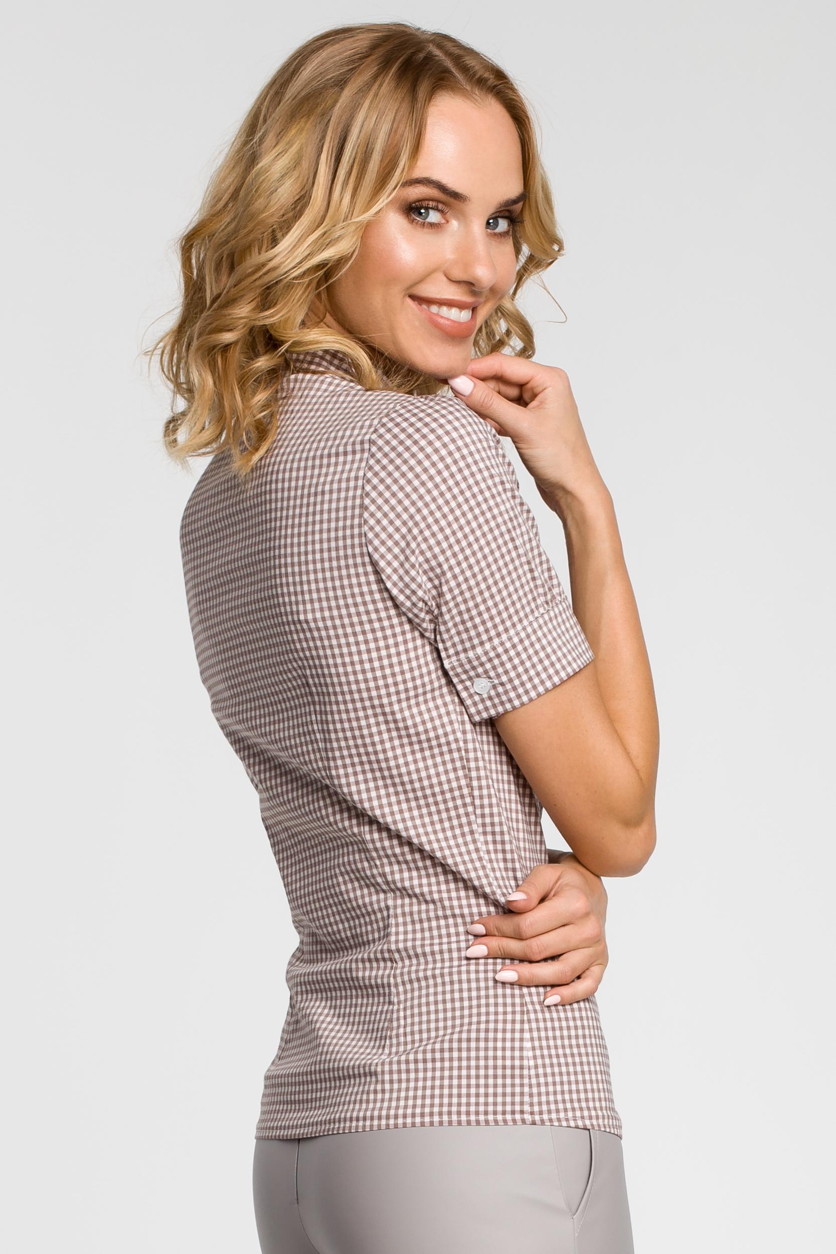 83d6c57ce9e394 ... CM0786 Koszula damska w kratkę z kokardą i krótkim rękawem - brązowa ...
