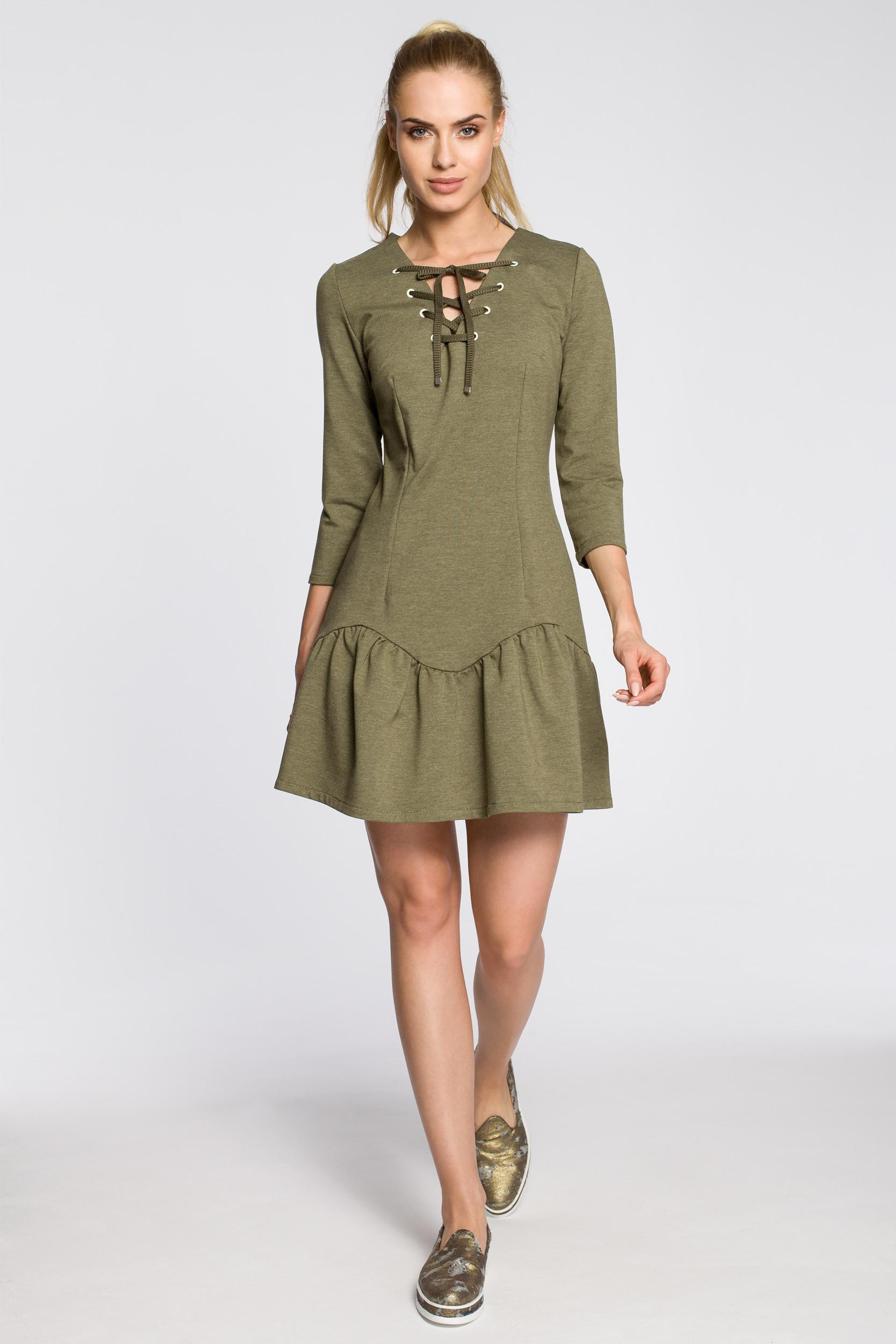 CM2459 Dopasowana sukienka z nowoczesnym dekoltem - khaki