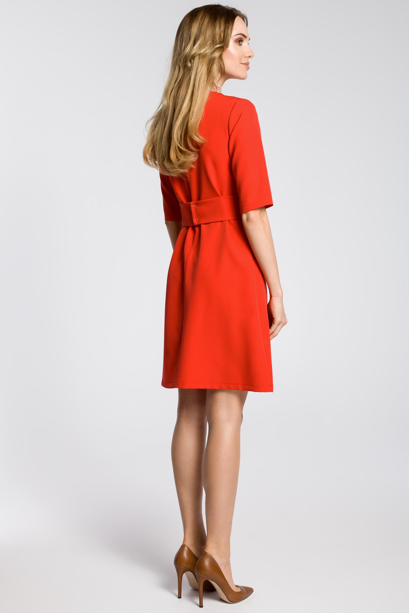 CM3590 Sukienka z zaszewkami przy szyi i paskiem - czerwona