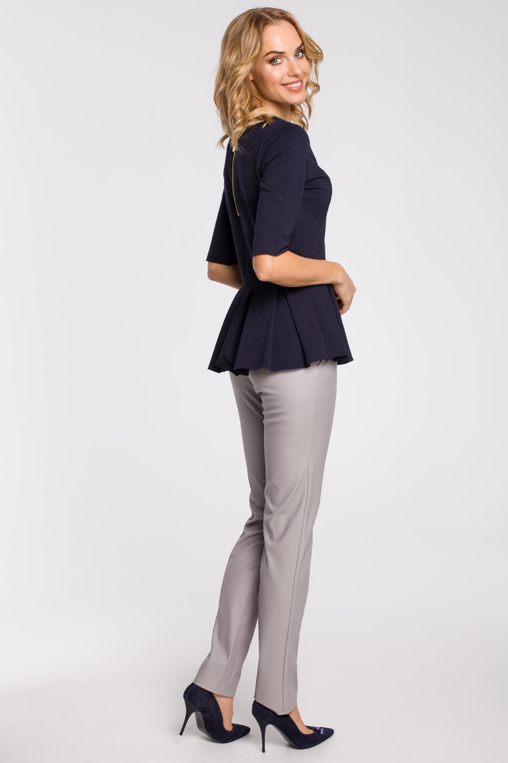 CM1090 Dopasowana bluzka damska z plisowaną baskinką - granatowa