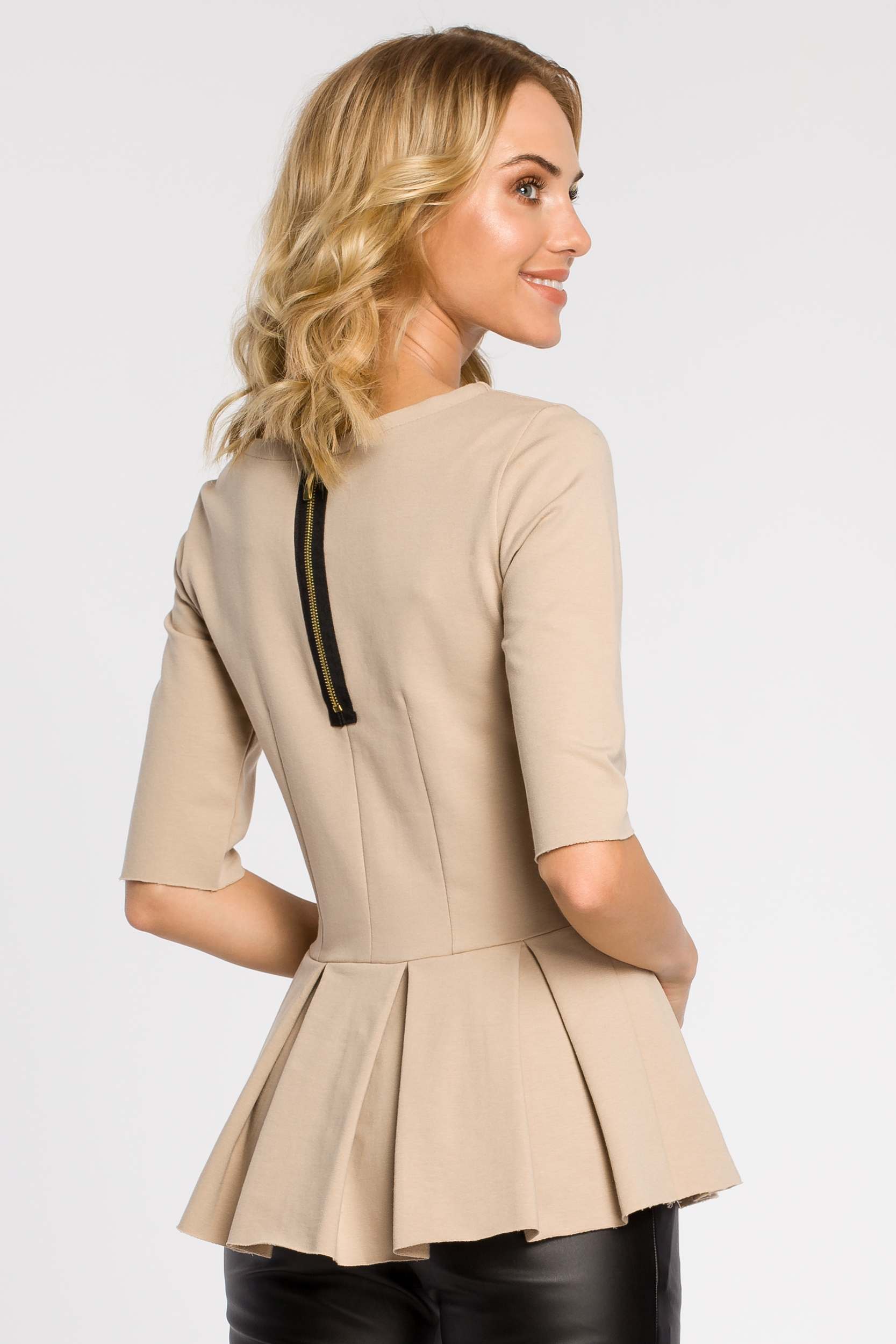CM1090 Dopasowana bluzka damska z plisowaną baskinką - beżowa