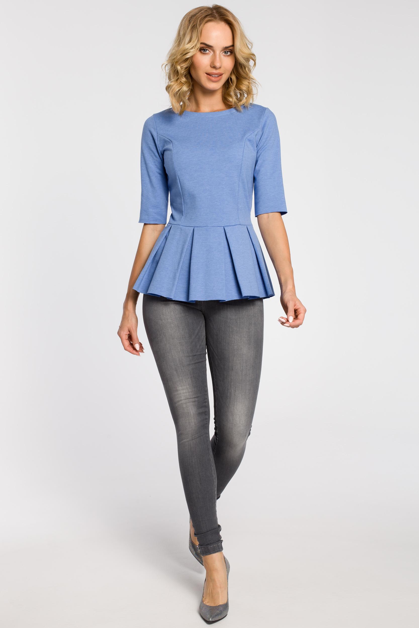 CM1090 Dopasowana bluzka damska z plisowaną baskinką - niebieska