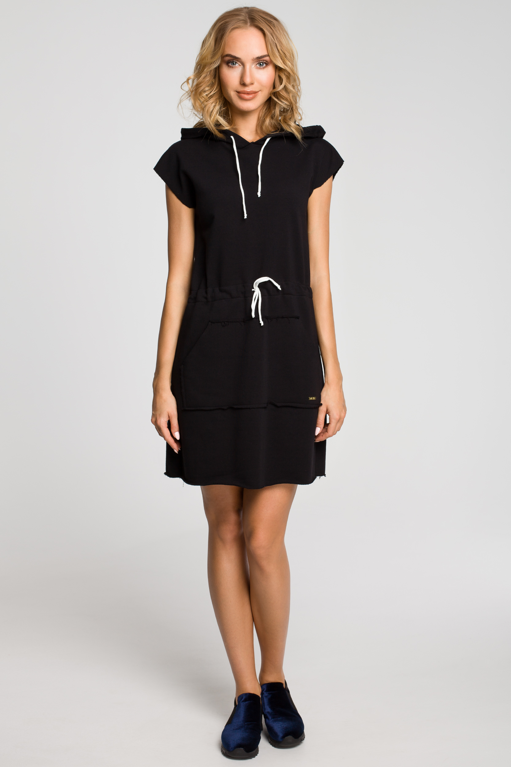CM0819 Dresowa sukienka z kapturem i troczkami - czarna