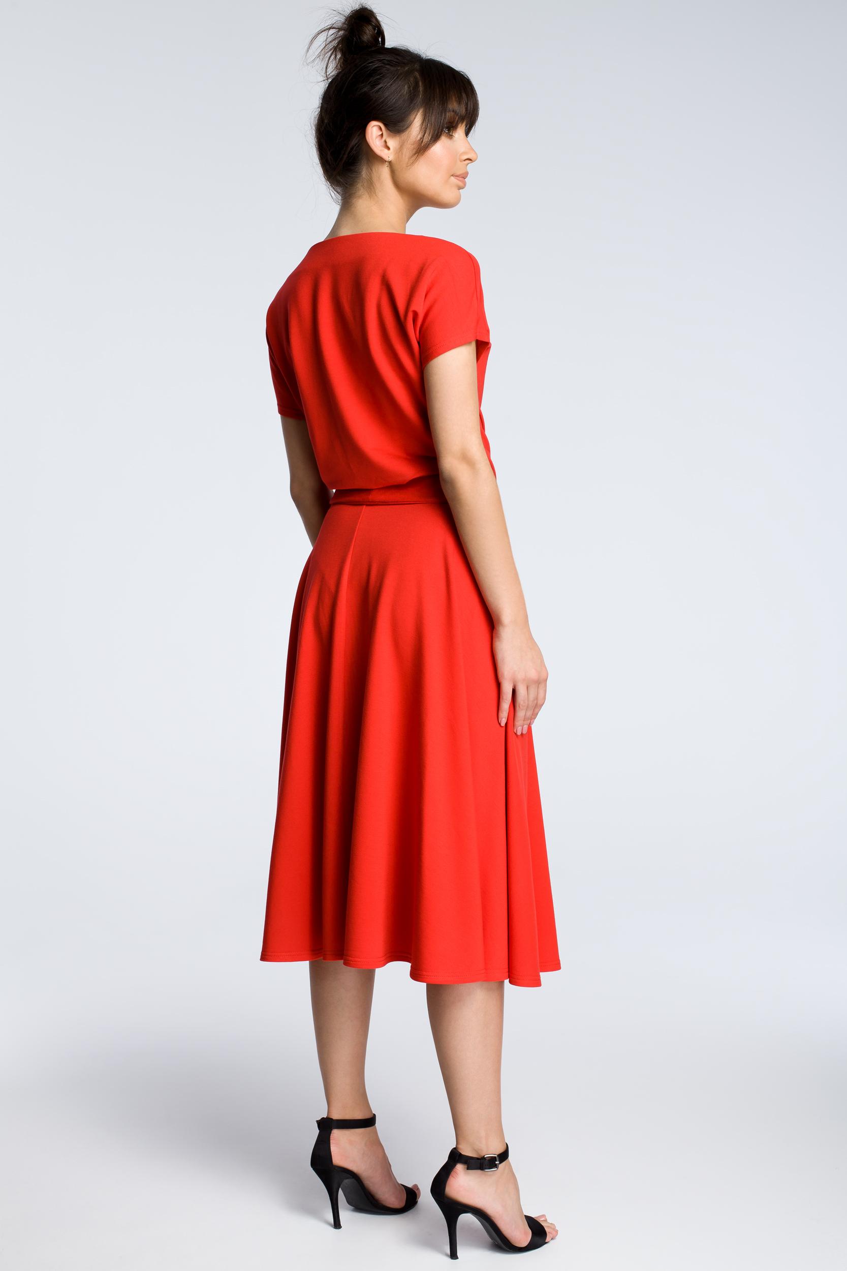 CM3604 Sukienka midi z rozkloszowanym dołem - czerwona