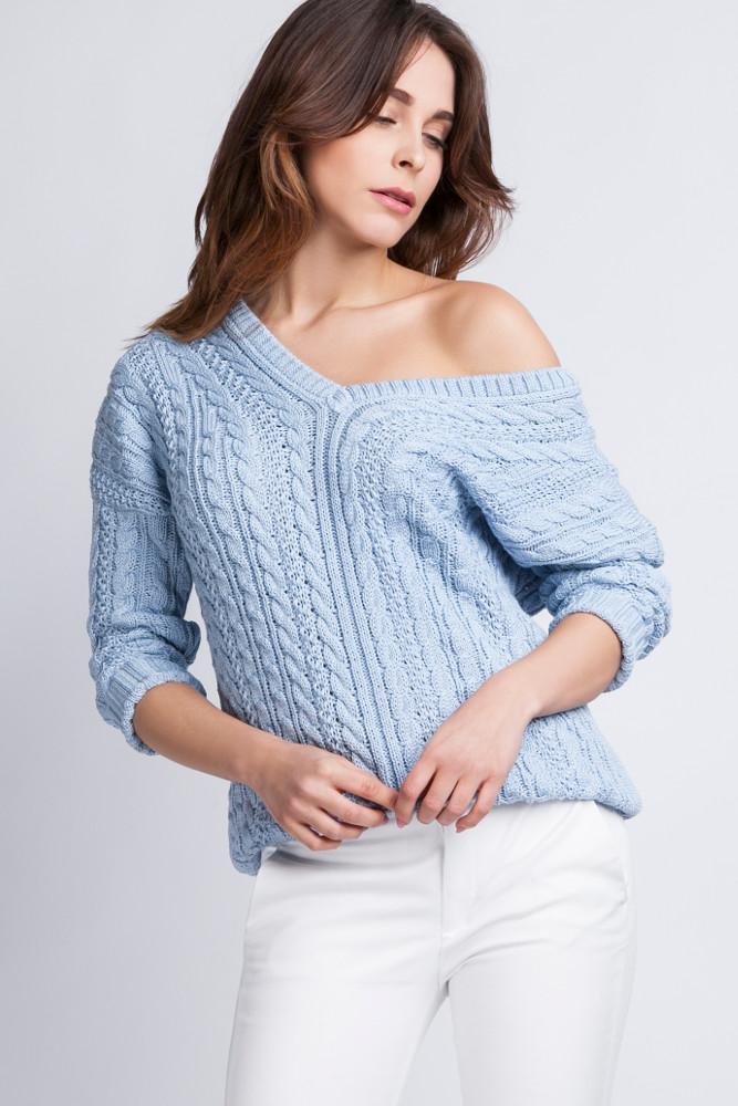 CM2436 Klasyczny sweter z opadającym ramieniem - niebieski