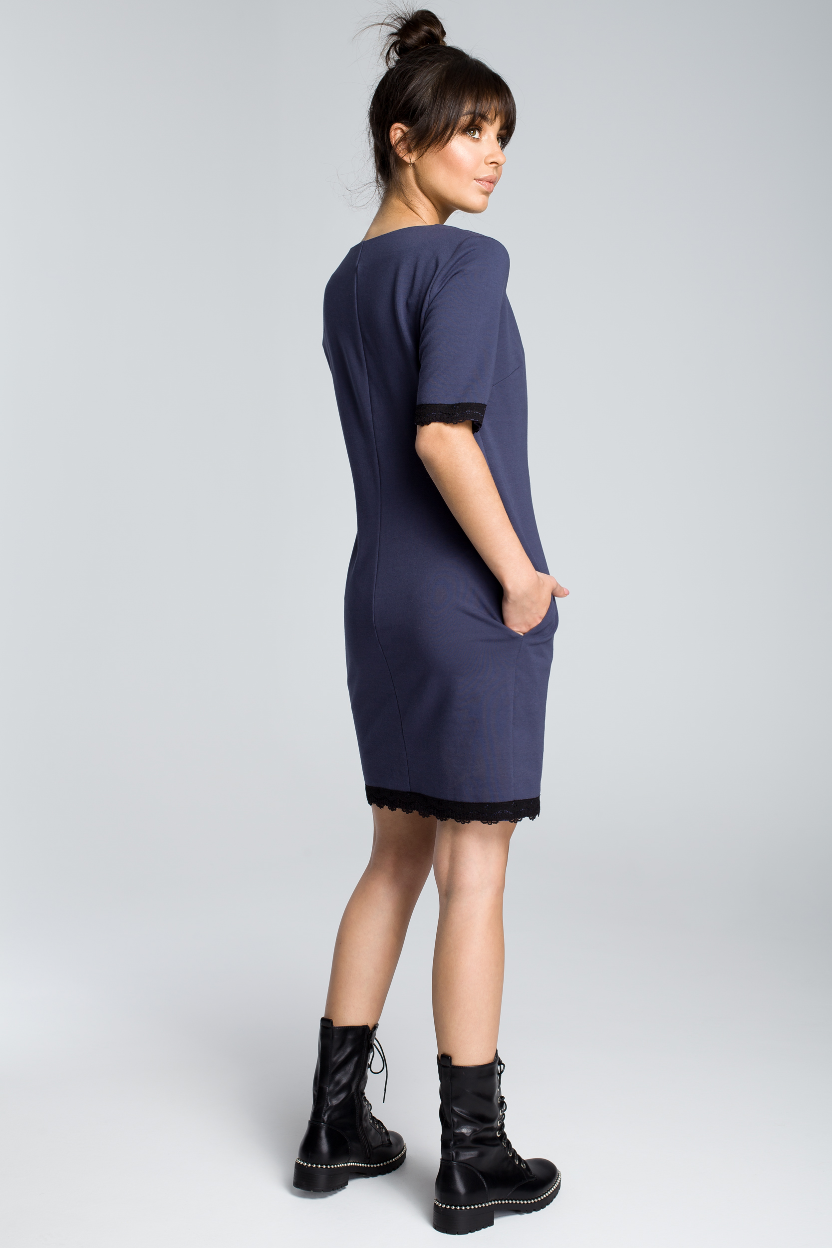 CM3614 Sukienka z rąbkiem koronki - niebieska