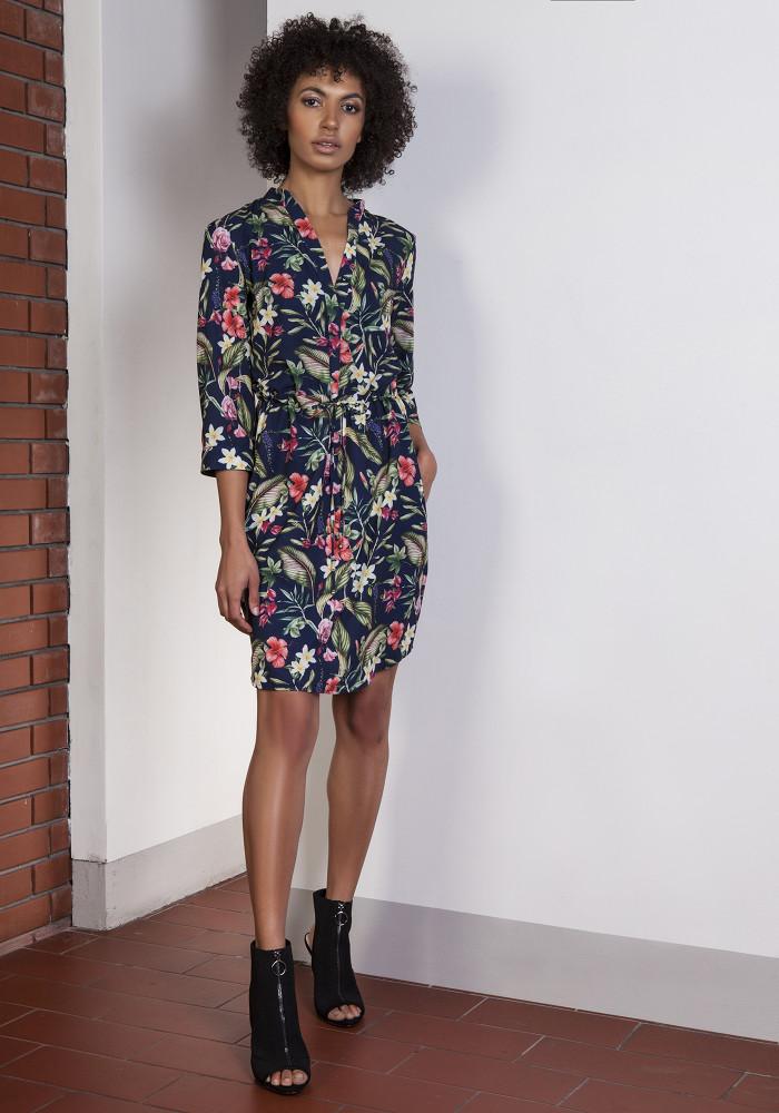 CM3652 Sukienka z delikatną stójką wiązana w pasie - kwiaty