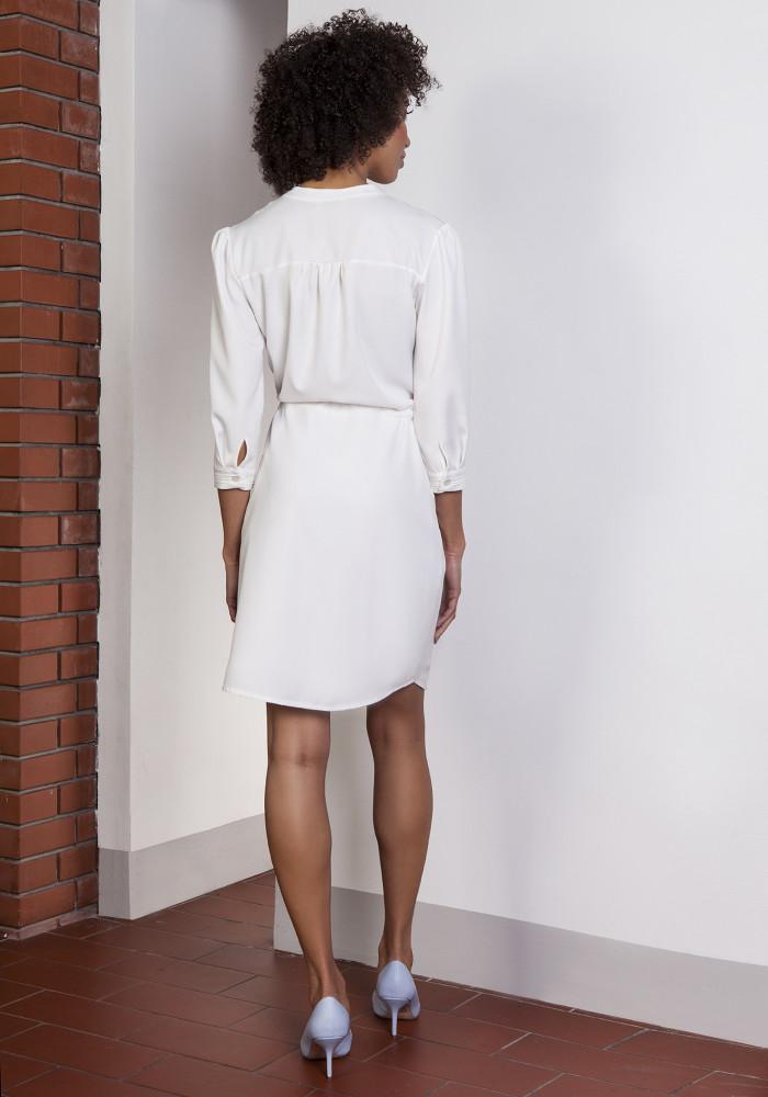 CM3652 Sukienka z delikatną stójką wiązana w pasie - ecru