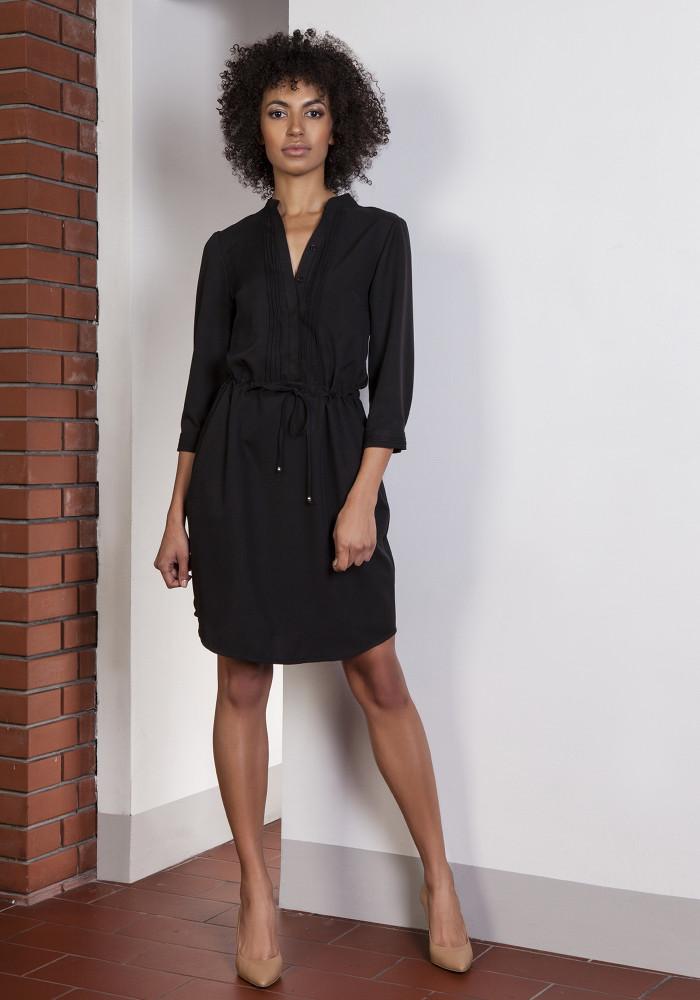 CM3652 Sukienka z delikatną stójką wiązana w pasie - czarna