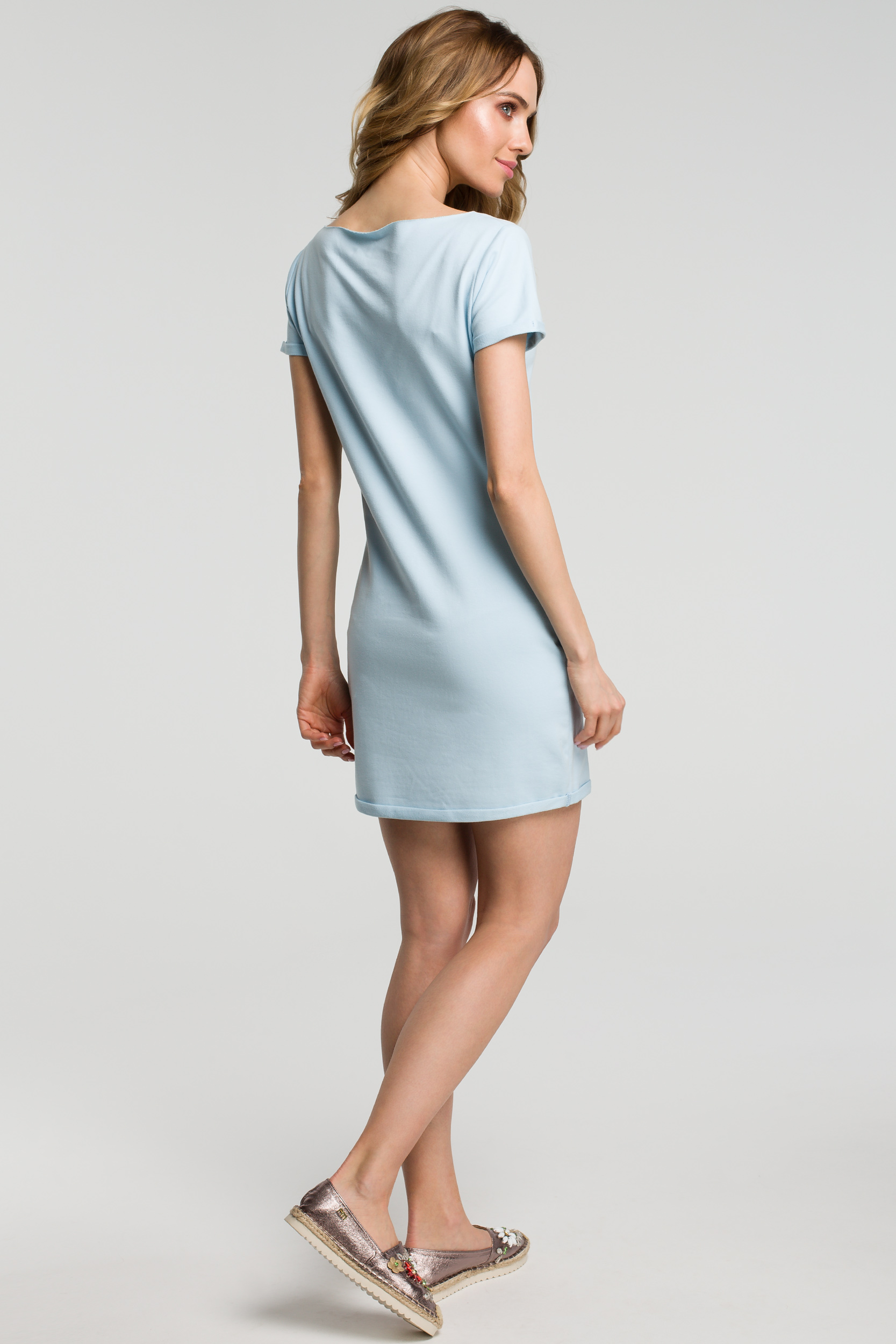 CM3634 Sukienka mini z naszywką - błękitna