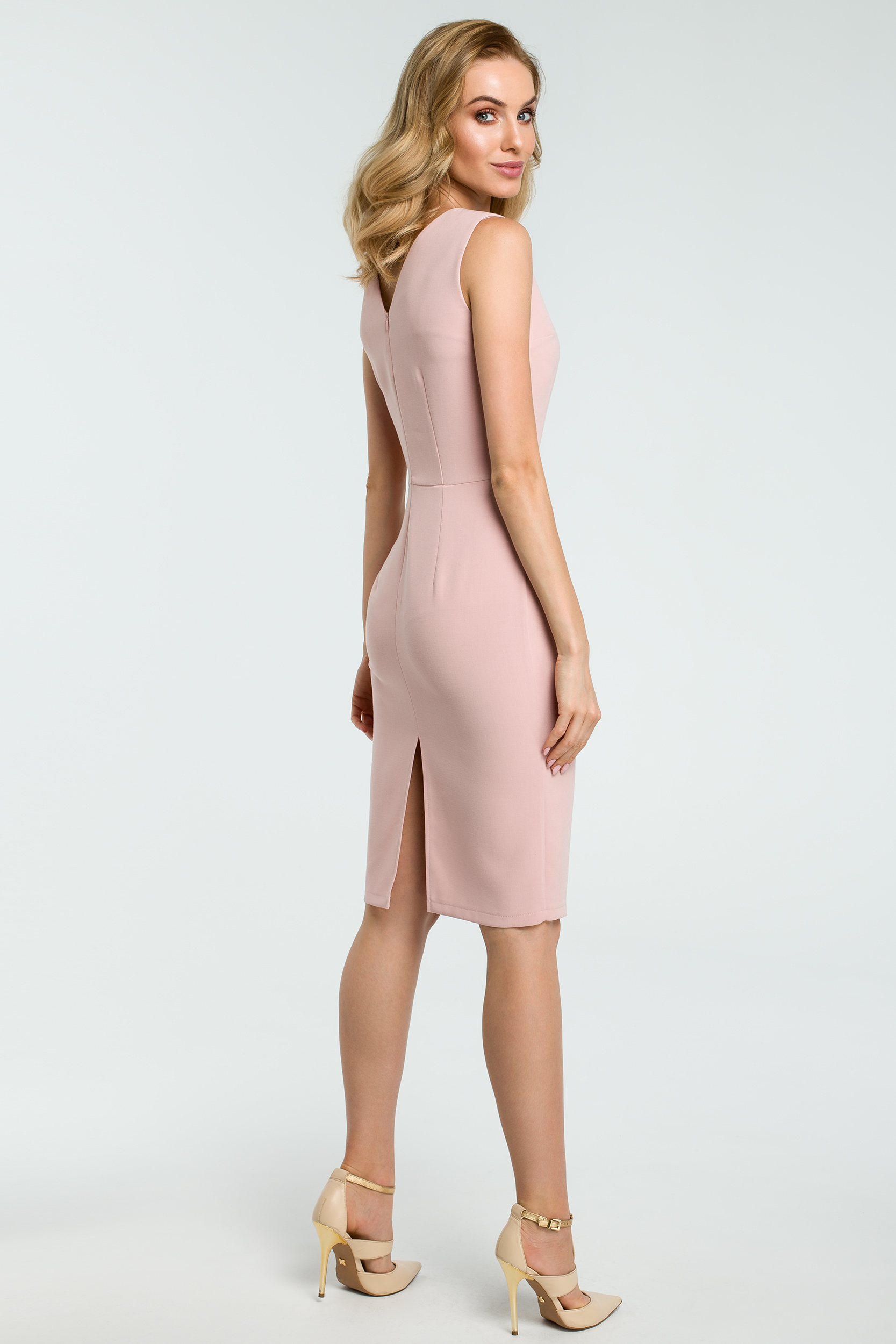 CM3811 Elegancka sukienka ołówkowa z rozcięciem - pudrowa