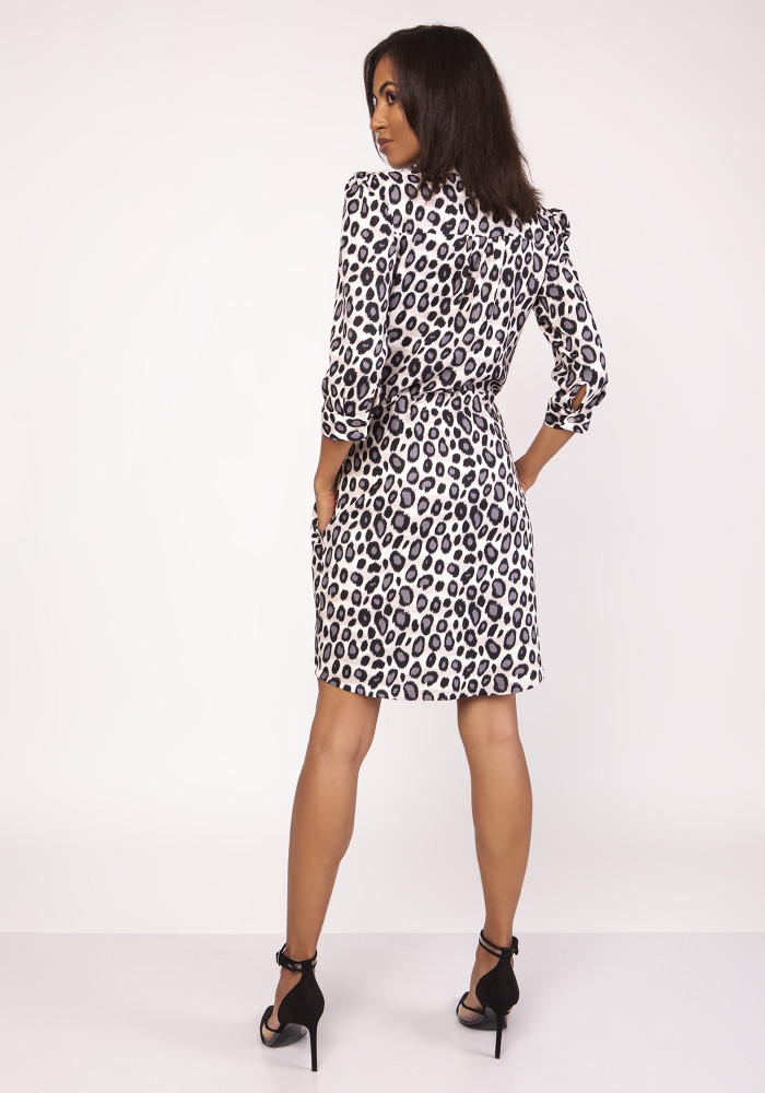 CM3876 Sukienka midi z delikatną stójką - panterka
