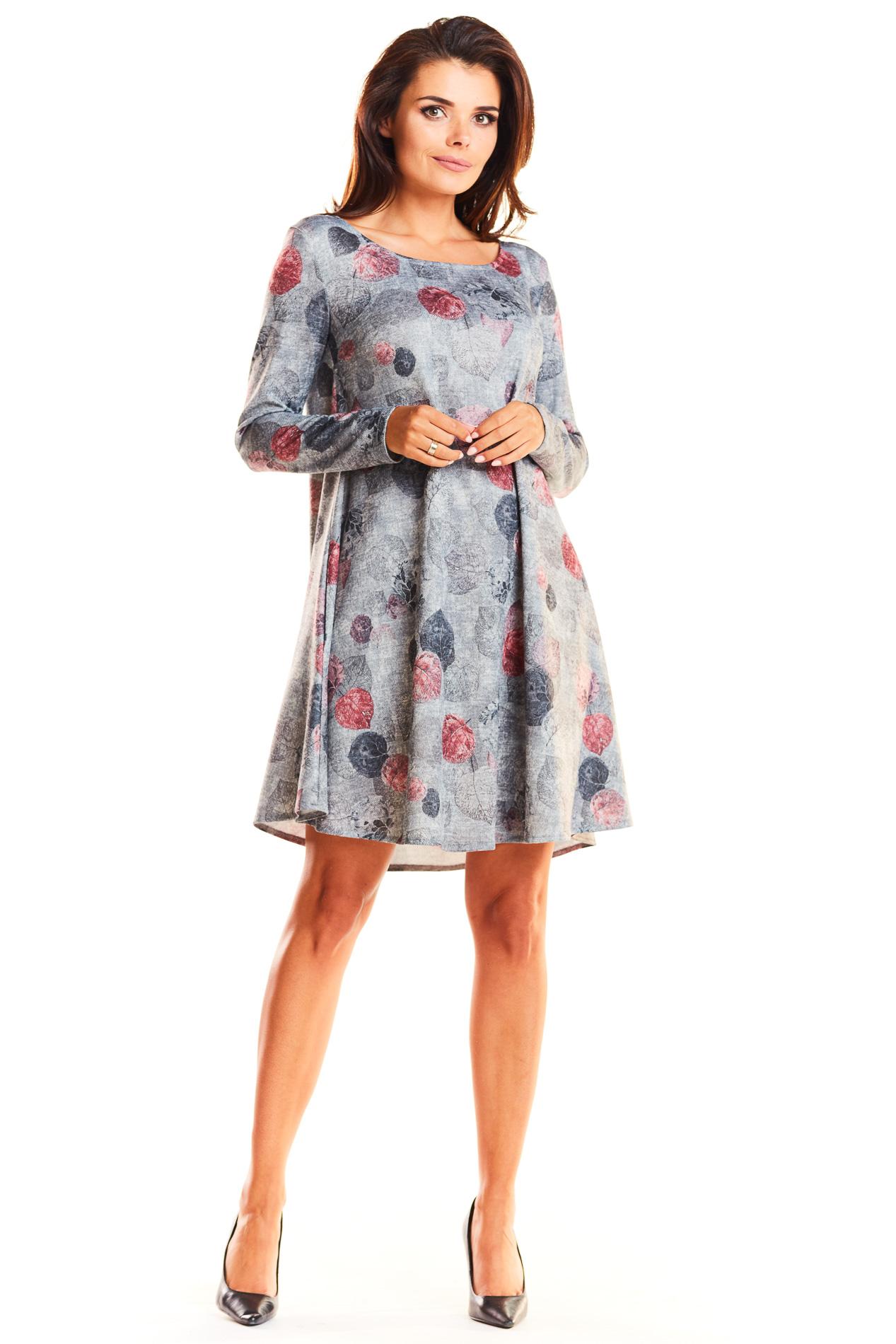 CM3940 Trapezowa sukienka z długim rękawem i dekoltem w łódkę - szara