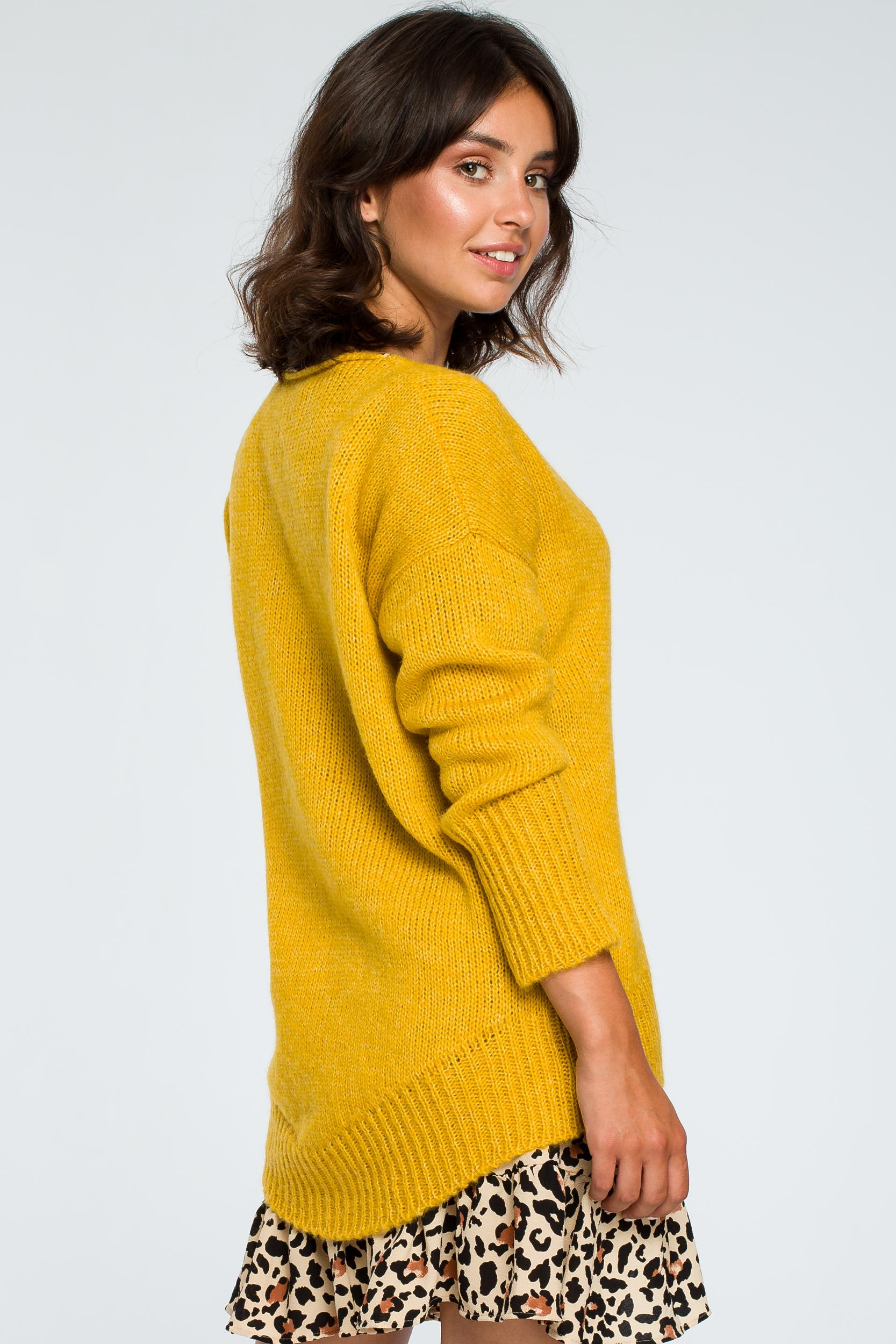CM3999 Asymetryczny sweter z głębokim dekoltem - miodowy