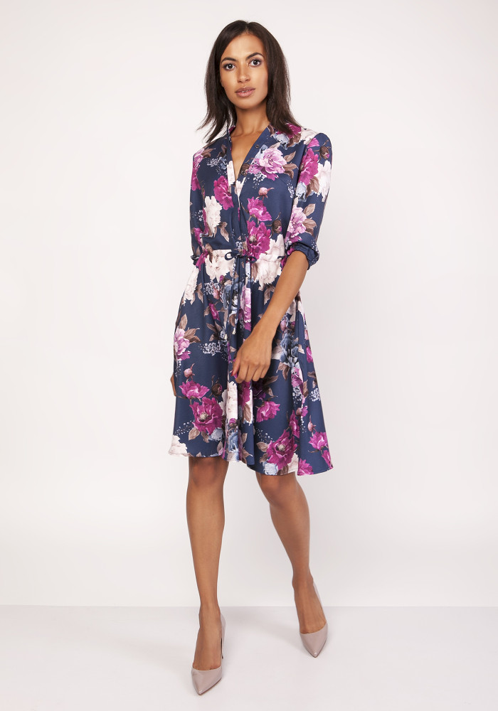 CM4067 Rozkloszowana sukienka z rękawem 3/4 - kwiaty