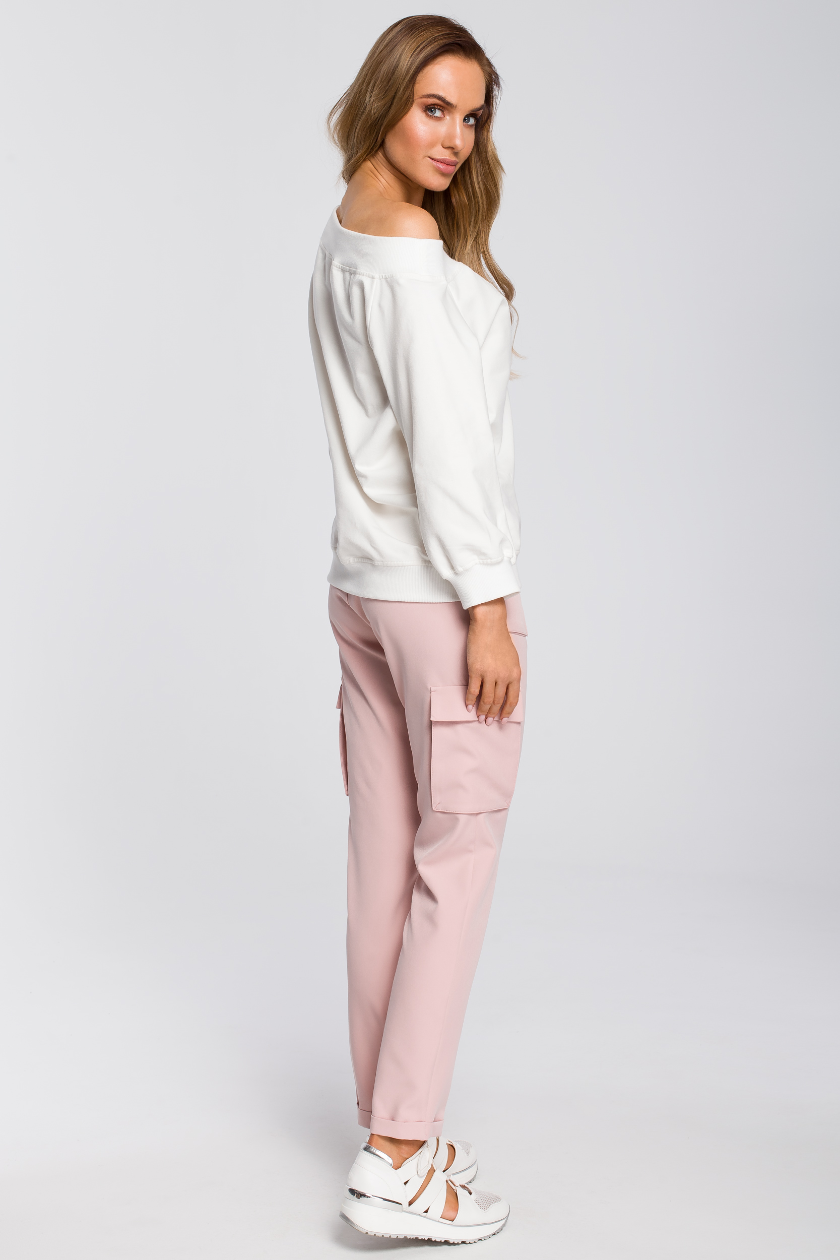CM4106 Zwężane spodnie damskie z kieszeniami - pudrowe