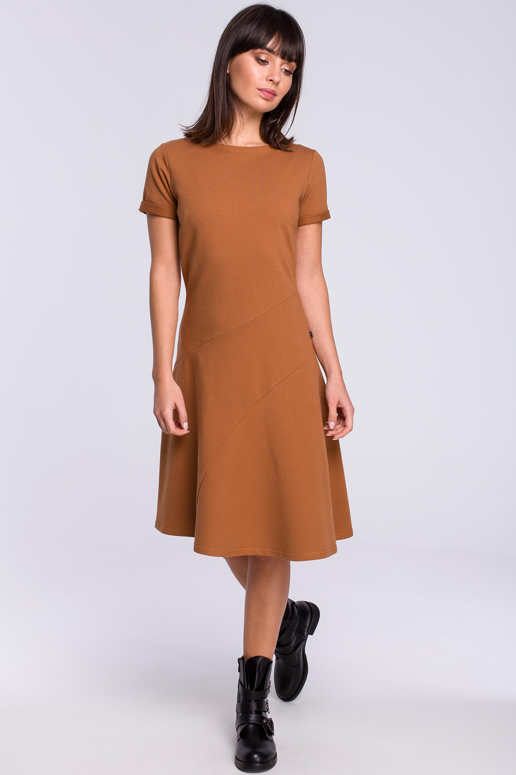 CM4119 Lekko rozkloszowana sukienka z godetem - karmelowa