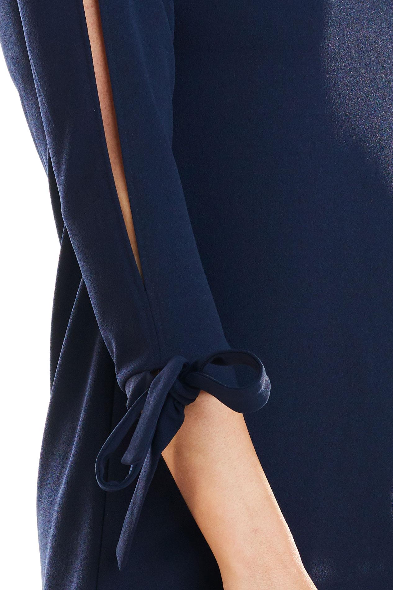 CM4168 Trapezowa sukienka z wiązanymi rękawami - granatowa