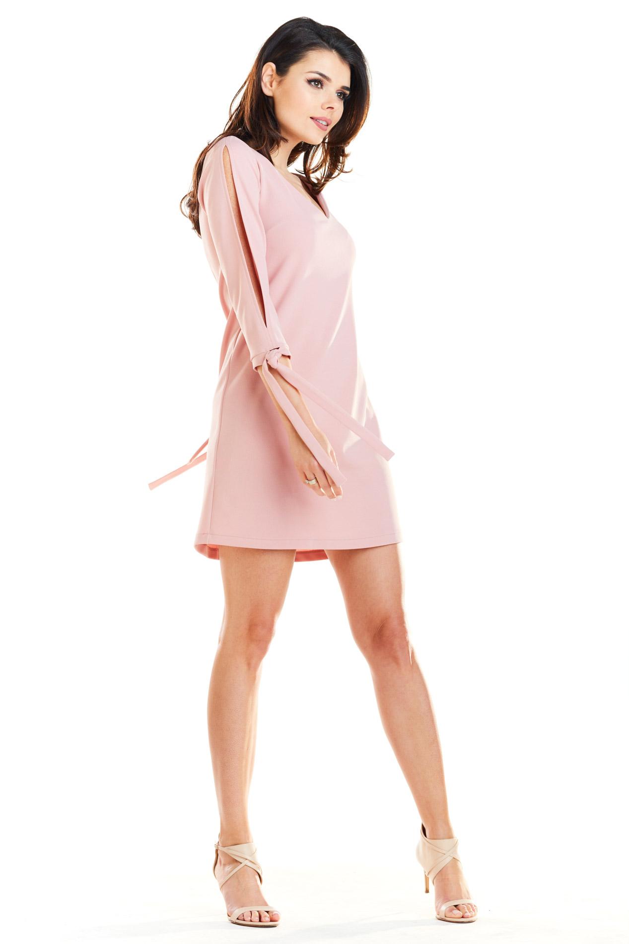 CM4168 Trapezowa sukienka z wiązanymi rękawami - pudrowa