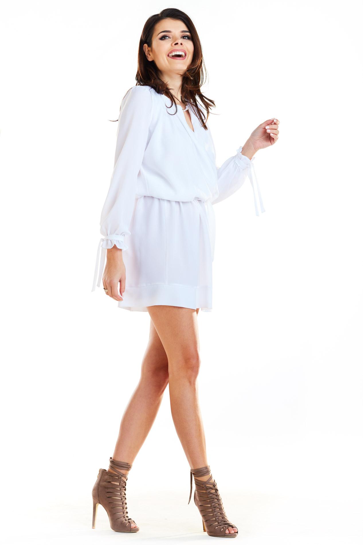 CM4179 Sukienka typu boho z wiązanym rękawem - biała