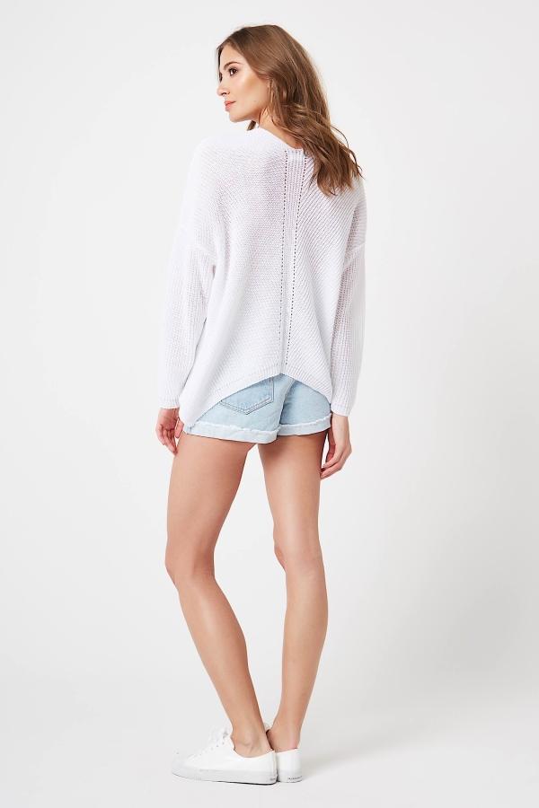CM4210 Kobiecy sweter w serek - biały