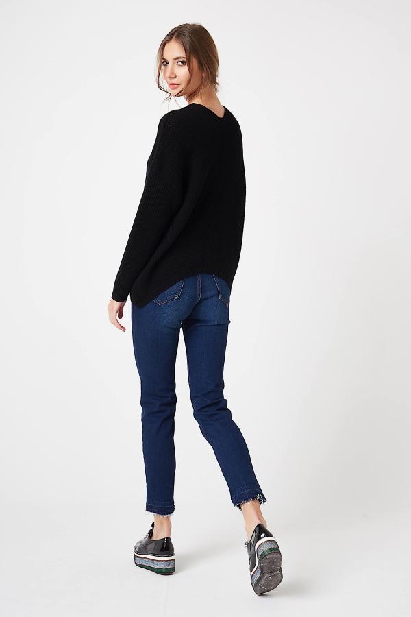 CM4210 Kobiecy sweter w serek - czarny