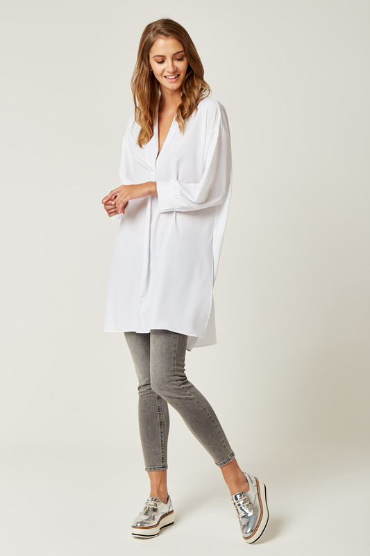 CM4236 Długa bluzka koszulowa z rozcięciami - biała
