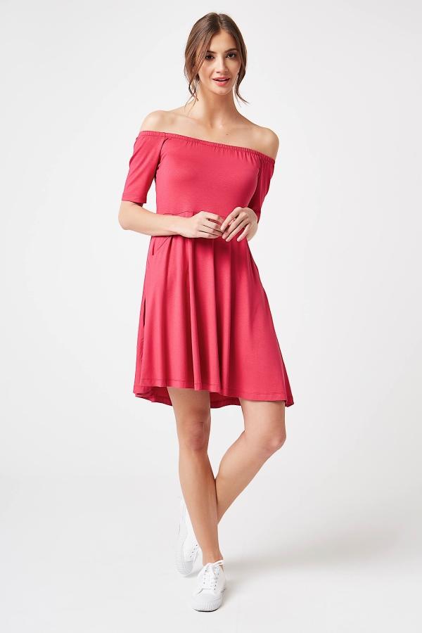 CM4247 Sukienka z odkrytymi ramionami - różowa