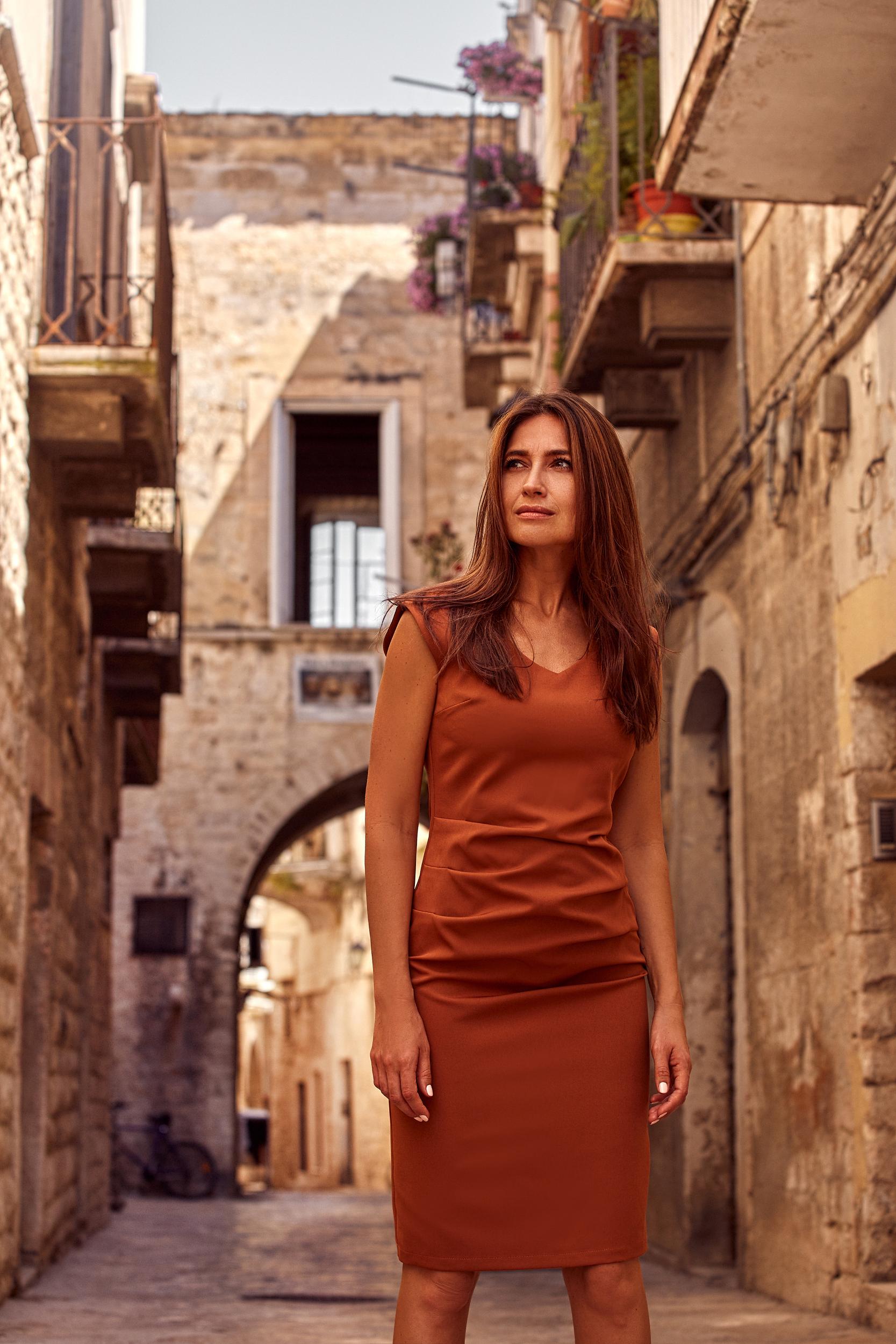 CM4636 Sukienka z dekoltem i marszczeniami na przodzie - ruda